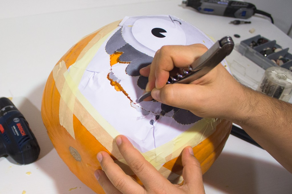 How to mark the outline to carve your Halloween pumpkin