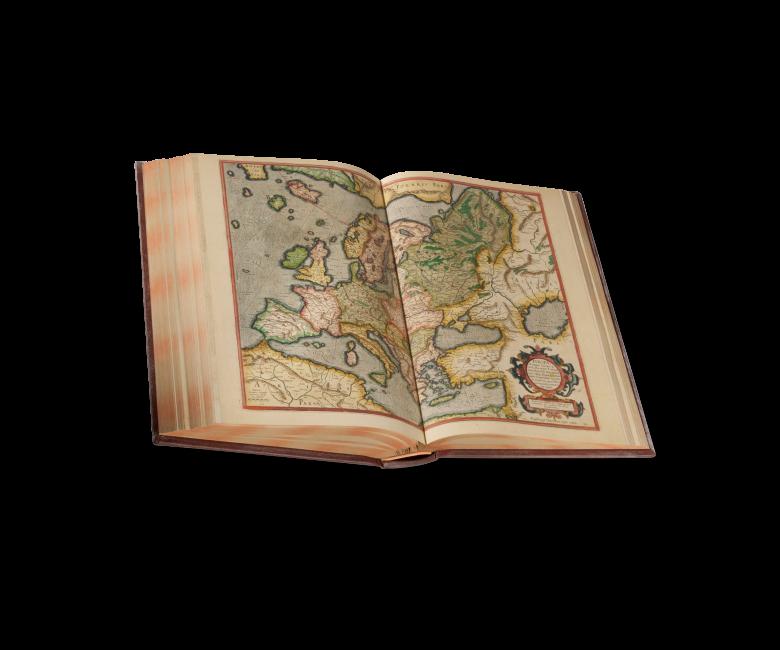 Der aufgeschlagene Band zeigt Fol. 204v/205r, Karte B der dritten Lieferung 1595: Europa mit benachbarten Kontinenten, geschaffen von Rumold Mercator nach den Vorlagen seines Vaters Gerhard, der großen Weltkarte von 1569 sowie der Europakarte von 1572.