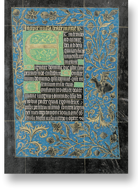 Fol. 30v. Die Ausstattung des Stundenbuchs ist weltweit einzigartig: die breiten Bordüren sind mit strahlendem Blau grundiert, die Ornamente ganz in Gold gehalten, die mehrzeiligen Blattgoldinitialen finden sich auf smaragdgrünem Hintergrund.