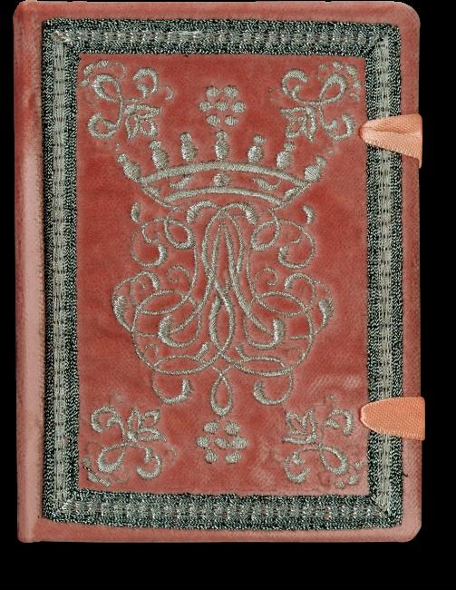 Der Einband im Stil des 18. Jahrhunderts aus weichem Samt in Altrosa wird von einem mit Silberfäden gestickten Wappen geschmückt. Dieses ist von einem Rahmen, ebenfalls aus Silberfäden, umgeben. Zwei elegante Bänder dienen als Schließen.