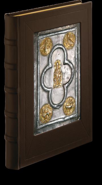 Der Einband des Faksimiles: Fünf vergoldete Schmuckmedaillons mit den Evangelistensymbolen und einer Darstellung des thronenden Christus verzieren eine Silberplatte, die in den mit Leder überzogenen Einband-deckel eingelassen sind.