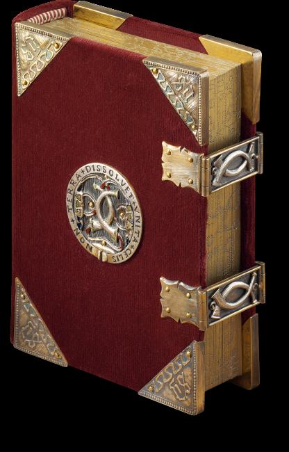Das Faksimile wird von einem purpurfarbenen Samteinband geschützt, einer getreuen Replik des heutigen Originaleinbands. Er besitzt auf Vorder- und Rückseite jeweils vier vergoldete Eckbeschläge, ein vergoldetes Medaillon sowie zwei vergoldete Schließen.